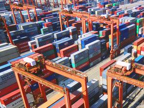 RMG Containerkran bewegt Container in einem Containerblock innerhalb eines Containerterminals